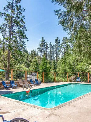 The pool at Woodland Park Cottages